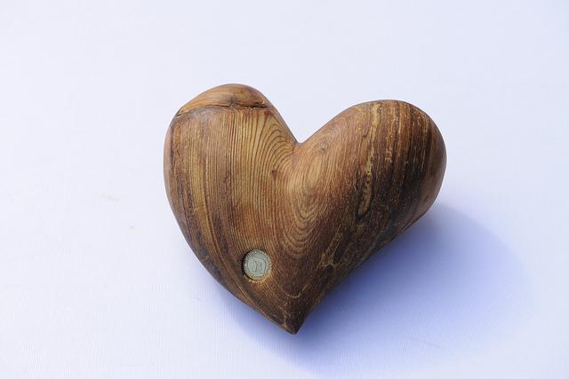 Ein ideales Geschenk für Verliebte ein Lärchenholzherz vom Landgut Moserhof